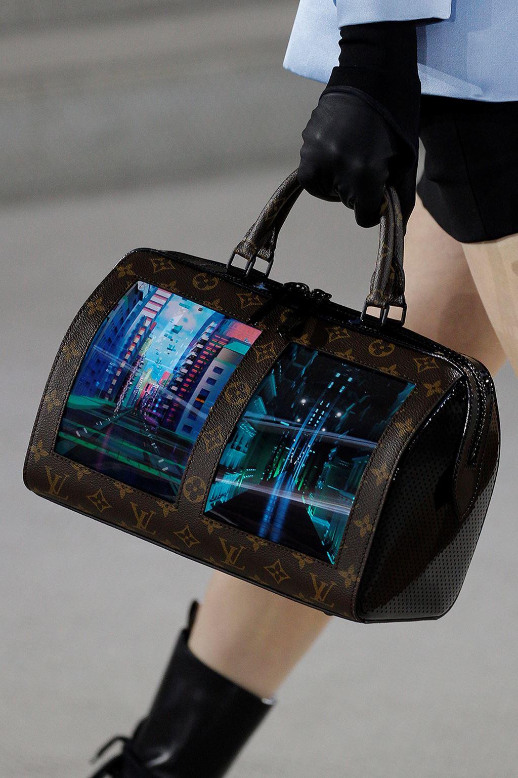 Năm 2019 là một năm đánh dấu sự hợp tác giữa nhà mốt Pháp lâu đời Louis Vuitton với Royole Technology để cho ra mắt những chiếc túi xách có gắn màn hình AMOLED.
