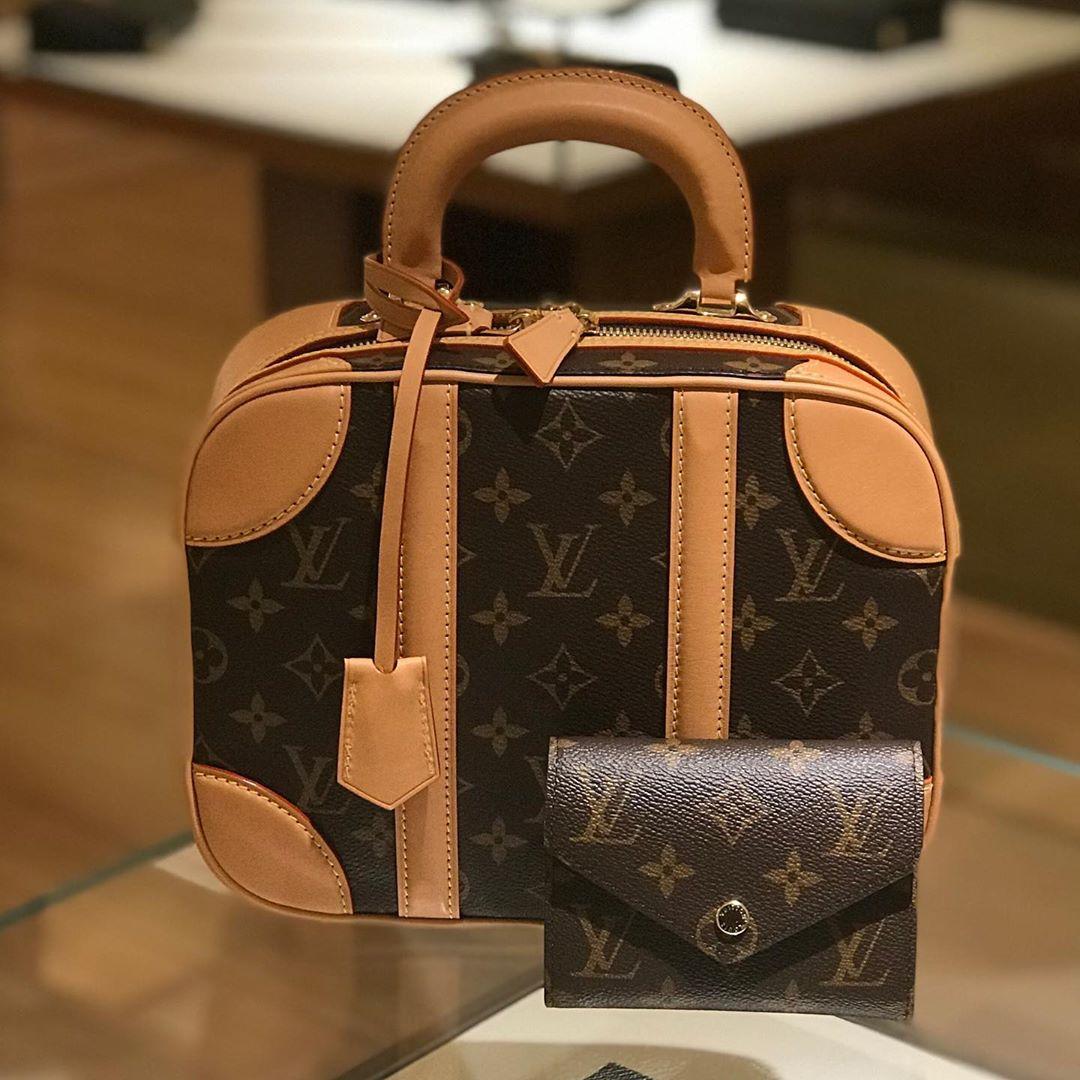 """Louis Vuitton còn cố ý xử lý phần da viền trở nên bạc màu nhằm tạo concept """"hoài cổ"""" cho Mini Luggage."""