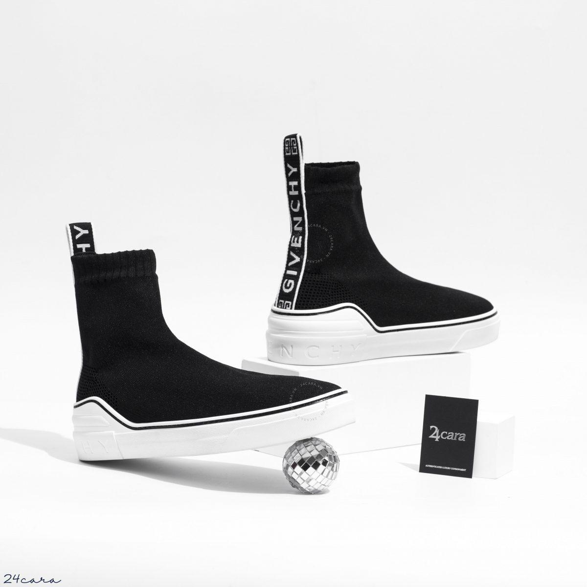 Givenchy mang đến mẫu sneaker với thiết kế được tối giản hoá. Không dây buộc, không lưỡi gà, đặc biệt với phần upper được thiết kế với kết cấu của một đôi tất. Sử dụng vải knit giúp ôm sát chân tạo ra độ thoải mái cần thiết. Phần đế cao su trắng nổi bật mang đến cảm giác thoải mái trong quá trình di chuyển.Dải tên thương hiệu được phía sau gót giày mang đến sự đơn giản trong phong cách thời trang hiện đại. ----------------------- • Ảnh / Video sản phẩm thuộc bản quyền 24Cara Studio • Address : 24B Lý Thái Tổ - Hoàn Kiếm - Hà Nội • Website / Fanpage / Instagram : 24cara.vn • Hotline - Viber - Zalo - Imess : 0926 37 2222 / 0966 50 6666 [24CARA AUTHENTIC]